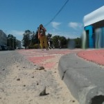 Wysoki krawężnik na DDR ulicy Batalionów Chłopskich