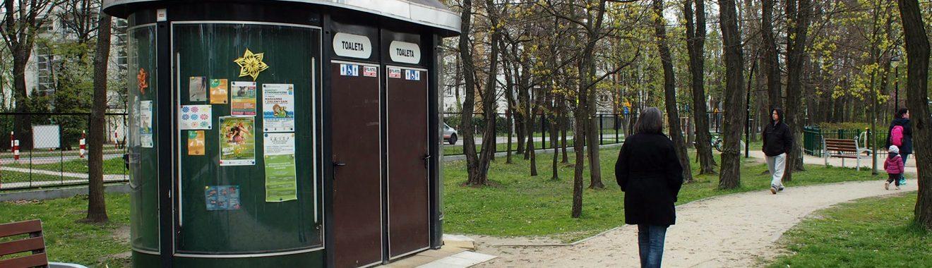Toaleta przy placu zabaw na Forcie Bema